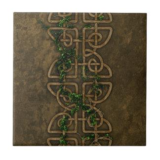 Nudos célticos decorativos con la hiedra tejas