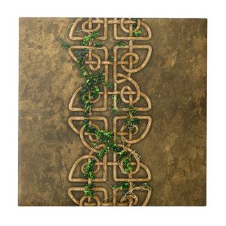 Nudos célticos decorativos con la hiedra azulejo cuadrado pequeño