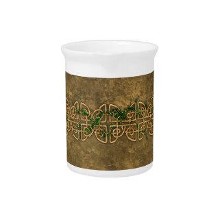 Nudos célticos decorativos con la hiedra jarra para bebida