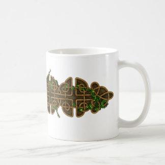 Nudos célticos decorativos con la hiedra taza