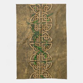 Nudos célticos decorativos con la hiedra toallas de mano