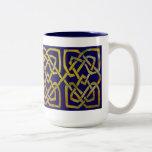 Nudos cuadrados célticos en oro en azul marino taza de café
