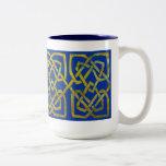 Nudos cuadrados de Cetlic en oro en azul Tazas De Café