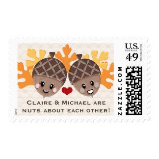 Nueces de bellota lindas y divertidas sobre uno a sello postal