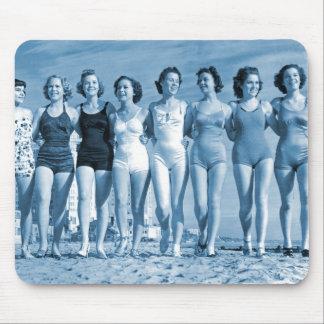 Nueces de la playa del kitsch retro de las mujeres tapetes de raton