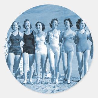 Nueces de la playa del kitsch retro de las mujeres pegatinas redondas