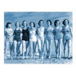Nueces de la playa del kitsch retro de las mujeres tarjeta postal