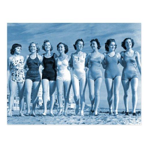 Nueces de la playa del kitsch retro de las mujeres postal