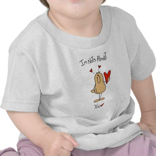 Nueces de la tarjeta del día de San Valentín sobre Camiseta