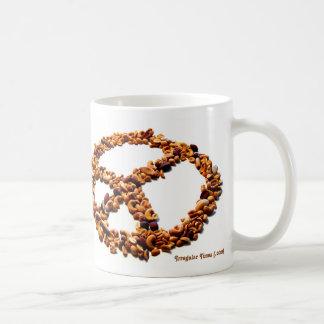 Nueces para la taza de café de la paz