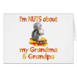 Nueces sobre abuela y abuelo tarjeton