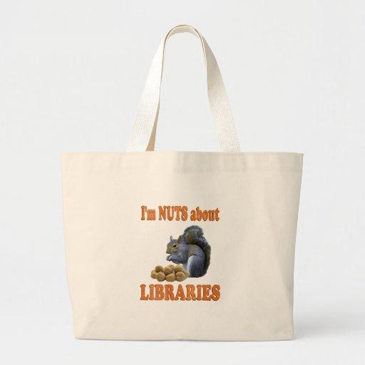 Nueces sobre bibliotecas bolsas lienzo