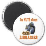 Nueces sobre bibliotecas iman de nevera