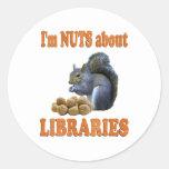 Nueces sobre bibliotecas pegatinas