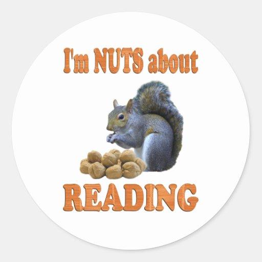 Nueces sobre la lectura pegatina redonda