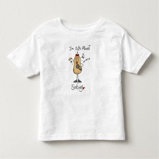 Nueces sobre las camisetas y los regalos del canto playeras
