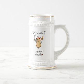 Nueces sobre las camisetas y los regalos del jarra de cerveza