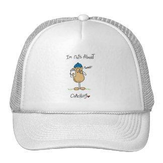 Nueces sobre las camisetas y los regalos que entre gorras de camionero