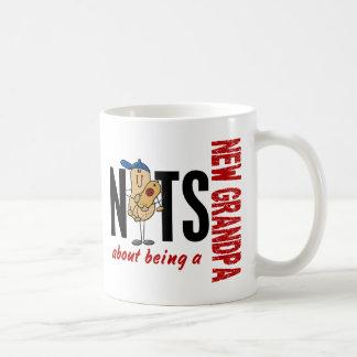 Nueces sobre ser un nuevo rojo del abuelo 1 taza de café