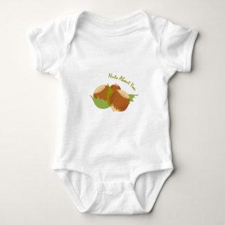 Nueces sobre usted mameluco de bebé