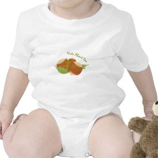 Nueces sobre usted traje de bebé