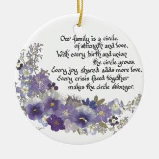 Nuestra familia es un círculo adorno navideño redondo de cerámica