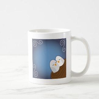 Nuestra jerarquía se bendice con los pájaros del taza de café