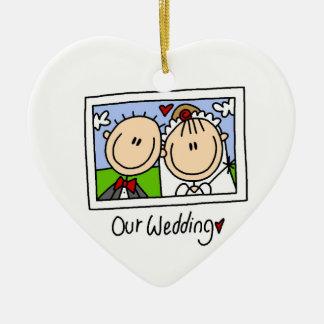 Nuestra novia del boda y camisetas y regalos del adorno de cerámica en forma de corazón