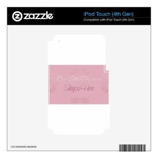 Nuestra pequeña princesa Sleeps Here iPod Touch 4G Skin