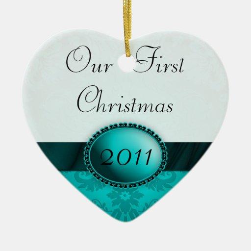 Nuestra primera cinta del damasco del navidad adorno navideño de cerámica en forma de corazón