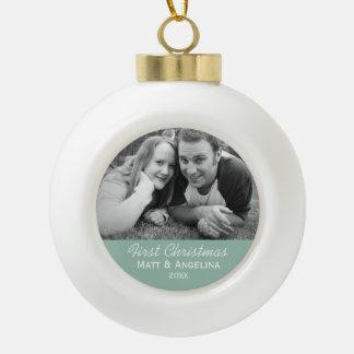 Nuestra primera foto del navidad - boda o adorno de cerámica en forma de bola
