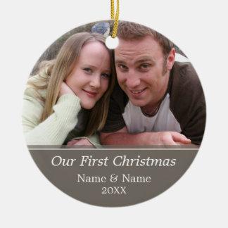 Nuestra primera foto del navidad - escoja echado a adorno navideño redondo de cerámica