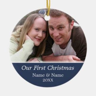 Nuestra primera foto del navidad - escoja echado a adorno redondo de cerámica