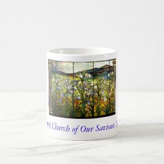 Nuestra taza de la ventana del lirio de pascua del