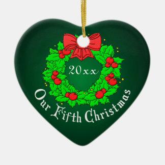 Nuestro 5to aniversario adorno navideño de cerámica en forma de corazón