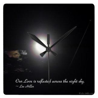 Nuestro amor se refleja a través de… reloj cuadrado