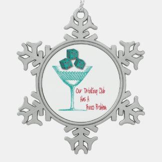 Nuestro club de consumición tiene un ornamento del adorno de peltre en forma de copo de nieve