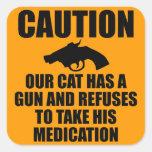 Nuestro gato tiene un arma calcomanías cuadradas personalizadas