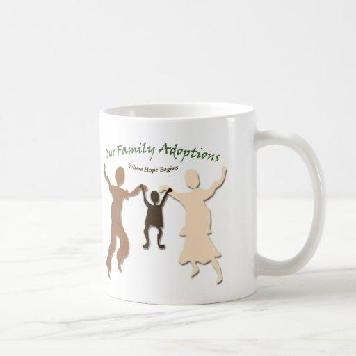 Nuestro logotipo de las adopciones de la familia taza básica blanca