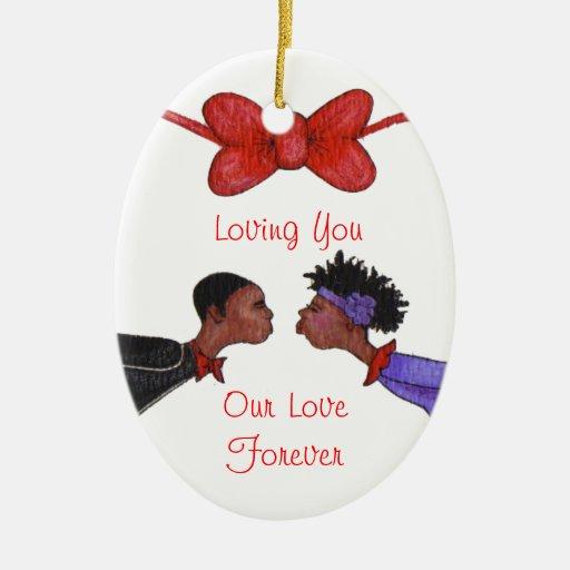 Nuestro ornamento del amor adorno navideño ovalado de cerámica