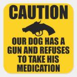 Nuestro perro tiene un arma calcomanía cuadrada personalizada