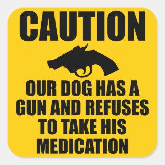 Nuestro perro tiene un arma pegatina cuadrada