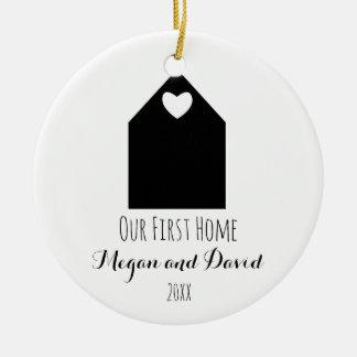 Nuestro primer minimalist casero del ornamento el adorno navideño redondo de cerámica