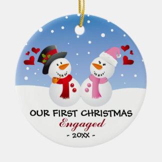 Nuestro primer navidad dedicó el ornamento del adorno navideño redondo de cerámica