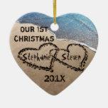 Nuestro primer navidad dos corazones en el adorno navideño de cerámica en forma de corazón