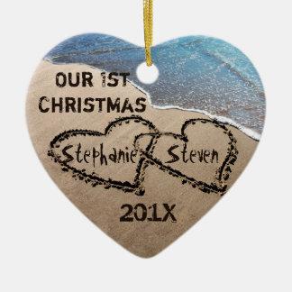 Nuestro primer navidad dos corazones en el ornamen adorno de navidad