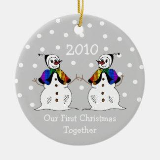 Nuestro primer navidad junto 2010 (GLBT Snowwomen) Adorno Navideño Redondo De Cerámica