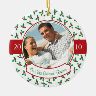 Nuestro primer navidad junto acebo y bayas ornamento de navidad