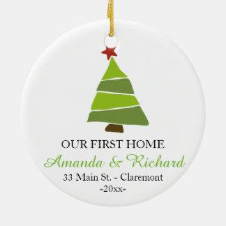 Nuestro primer ornamento casero del árbol de adorno navideño redondo de cerámica