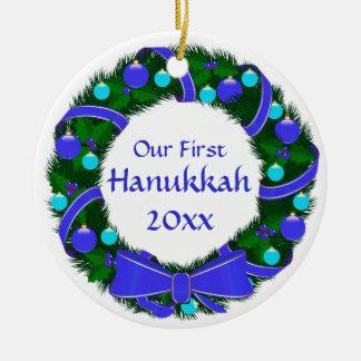 Nuestro primer ornamento de la guirnalda del año adorno navideño redondo de cerámica